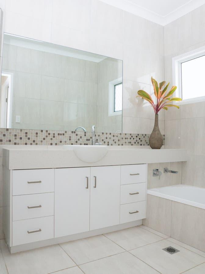 modernt nytt för badrum royaltyfria foton