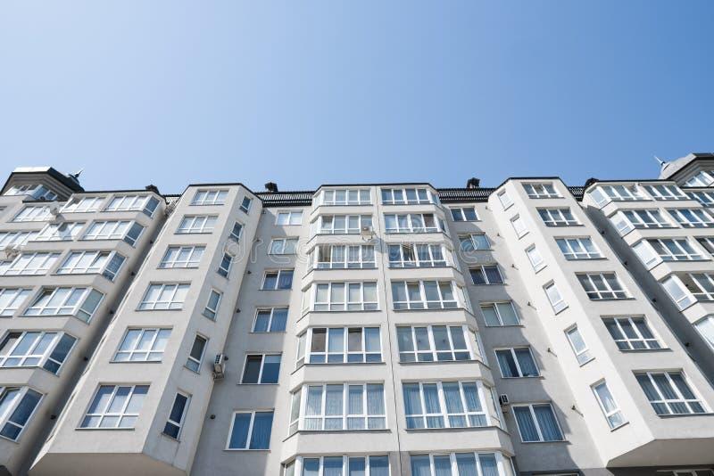 modernt nytt för hyreshus Flervånings-, modernt, nytt och stilfullt bosatt flerbostadshus för delshus för gods försäljning för hy royaltyfri fotografi