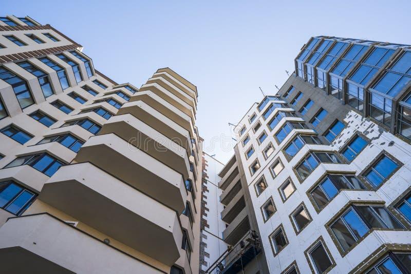 modernt nytt för hyreshus Flervånings-, modernt, nytt och stilfullt bosatt flerbostadshus för delshus för gods försäljning för hy royaltyfri bild