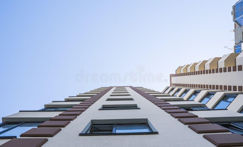 modernt nytt för hyreshus Flervånings-, modernt, nytt och stilfullt bosatt flerbostadshus för delshus för gods försäljning för hy arkivfoton