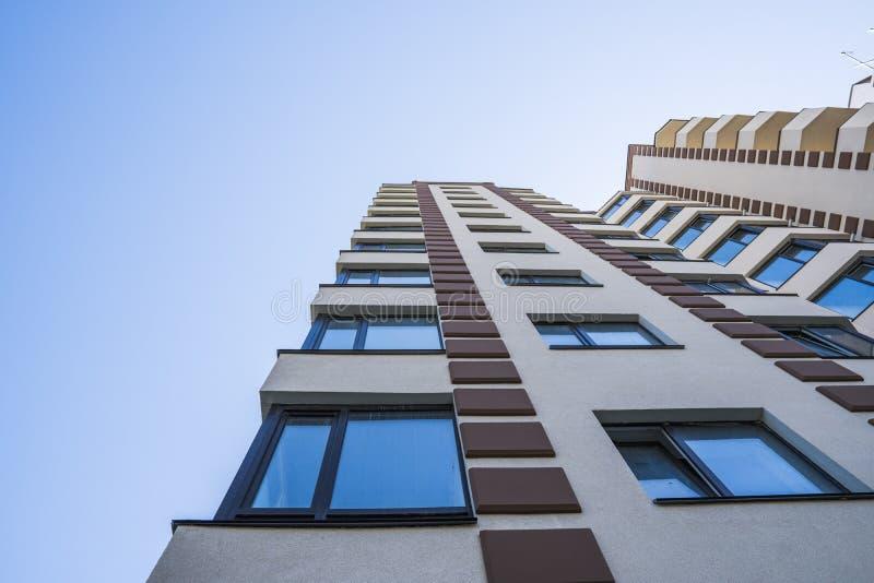 modernt nytt för hyreshus Flervånings-, modernt, nytt och stilfullt bosatt flerbostadshus för delshus för gods försäljning för hy arkivfoto