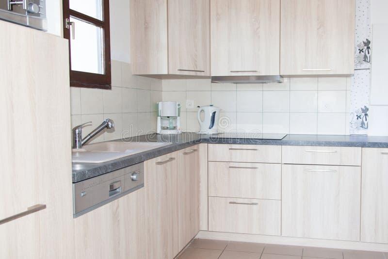 Modernt och rent kök i ett nytt hus arkivbild