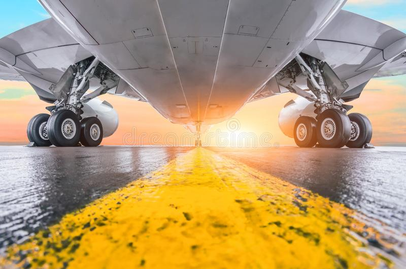 Modernt parkerad flygplats för passagerare flygplan med backg för flygresa för sikt för sol för inställning för solnedgång för ku arkivbilder