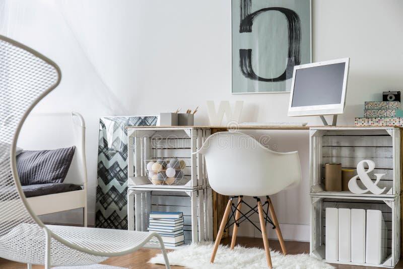 Modernt planlagt funktionsdugligt utrymme med träskrivbordet royaltyfri foto