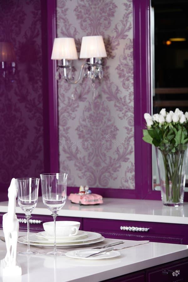 Modernt purpurfärgat kök med stilfullt möblemang arkivfoton