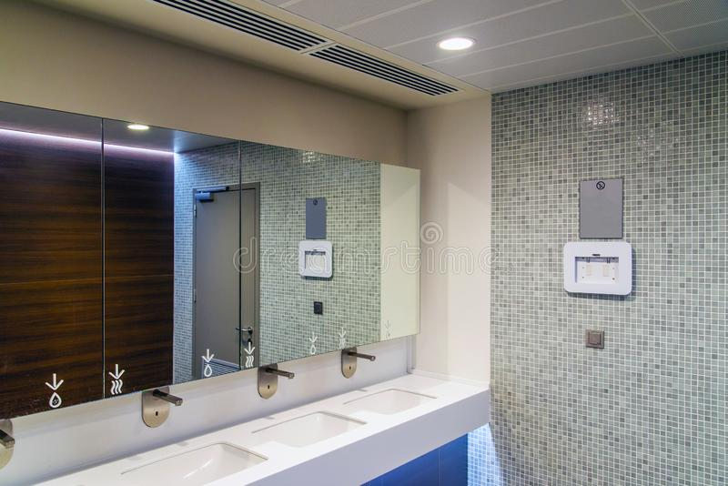 Modernt rent nytt rum för offentlig toalett royaltyfria bilder