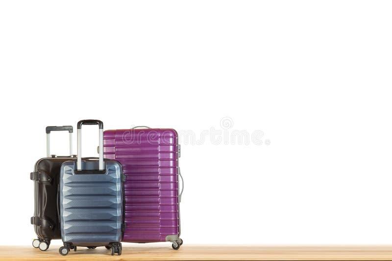 Modernt resväskabagage för resa eller affärstur på trägolv mot vit isolerad bakgrund arkivbilder