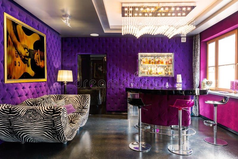Modernt rum med djärva färger arkivbild