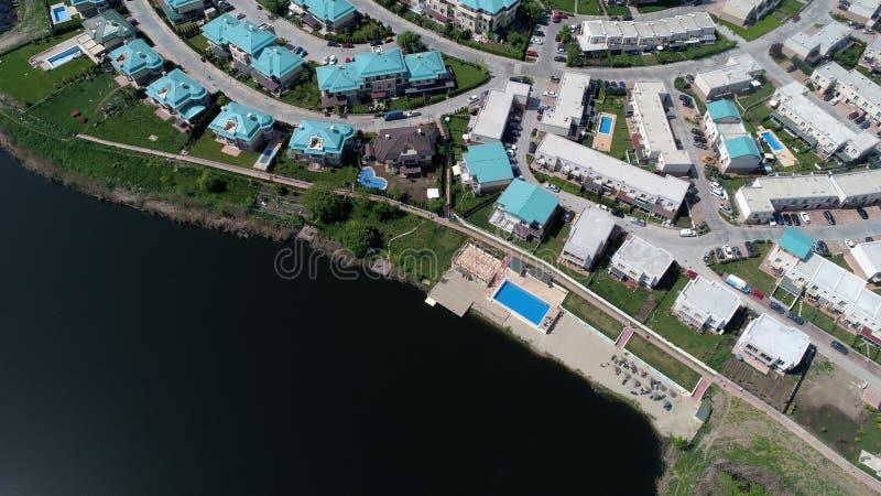 Modernt semesterortbyggande nära sjön, bostads- fastighet royaltyfria foton