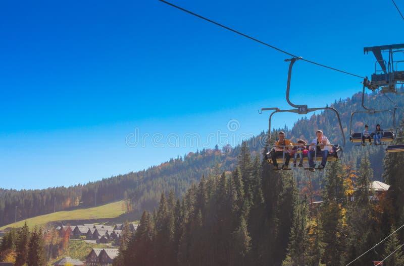 Modernt skidar semesterorten Bukovel, Ukraina på 11 av Oktober 2014 royaltyfria bilder