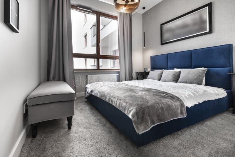 Modernt sovrum med blåttsäng royaltyfri bild