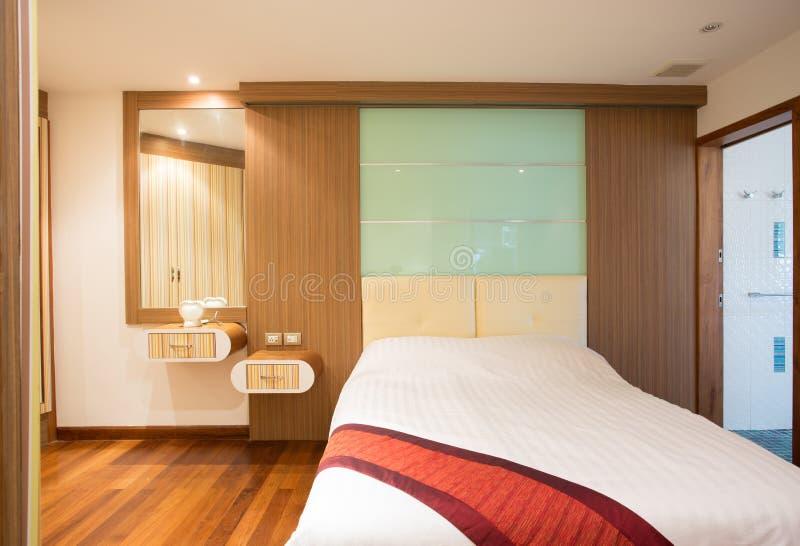 Modernt sovrum med fönstret arkivbild