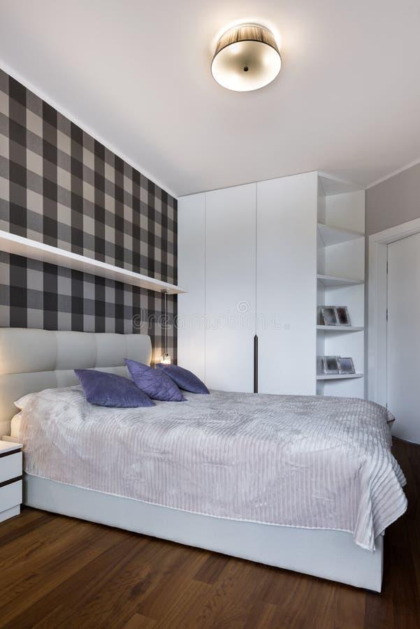Modernt sovrum med kontrollörmodellen arkivfoto