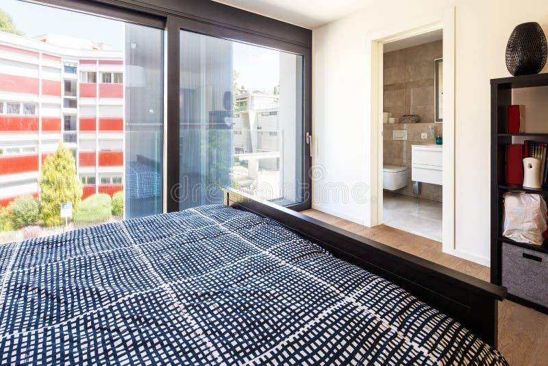 Modernt sovrum med möblemang, elegant och lyxigt royaltyfri bild