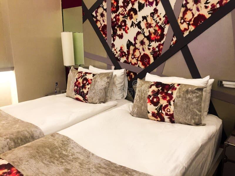 Modernt sovrum på hotellet royaltyfria bilder