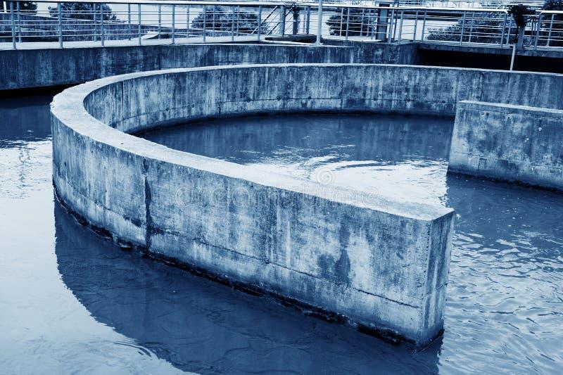 Modernt stads- avloppsvattenreningsverk under den blåa himlen arkivfoton