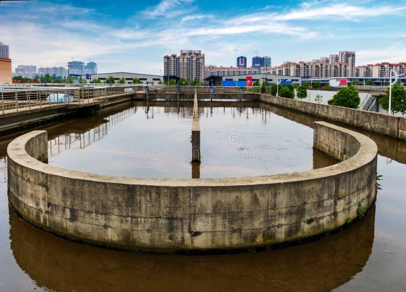 Modernt stads- avloppsvattenreningsverk under den blåa himlen royaltyfri fotografi