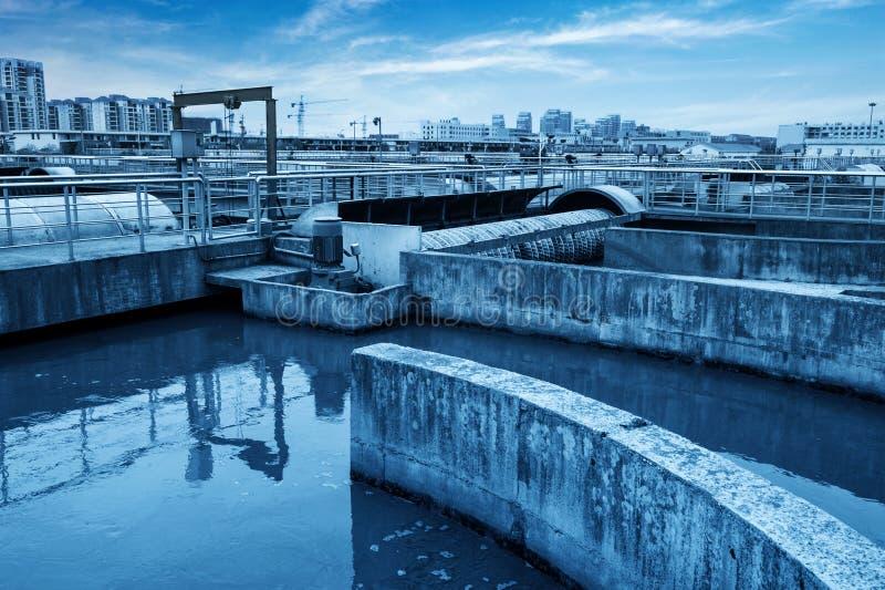 Modernt stads- avloppsvattenreningsverk under den blåa himlen arkivfoto