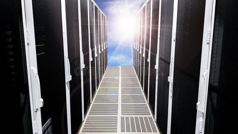 Modernt stort hall för korridor för dataserverrum med höga kuggar som är fulla av nätverksserveror och lagringsblad arkivbilder