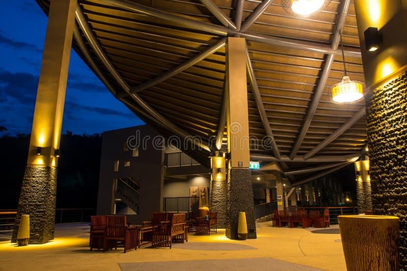 Modernt tak och belysning på natten arkivfoto