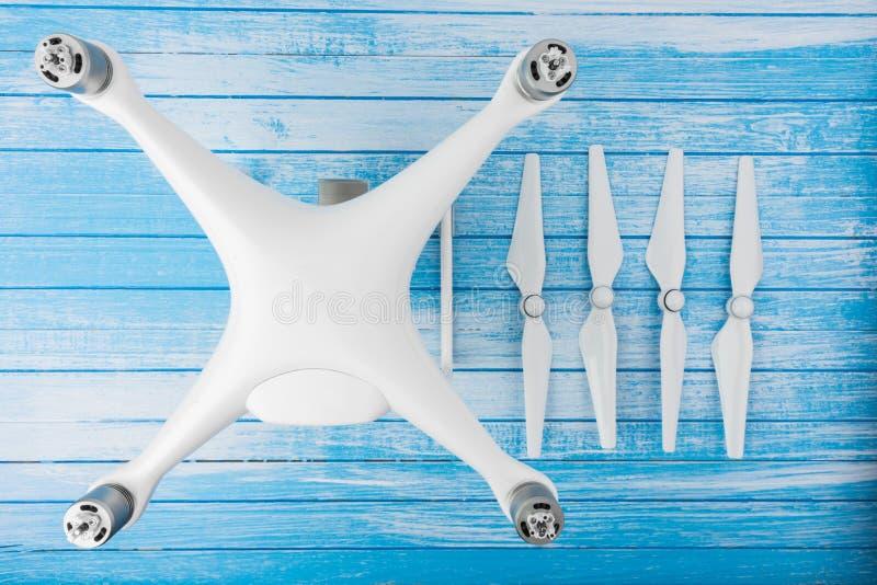 Modernt tekniskt avancerat stort vitt surr med propellrar som är fristående på blått fotografering för bildbyråer
