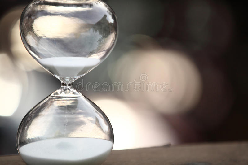 Modernt timglas på bokehbakgrund royaltyfria foton