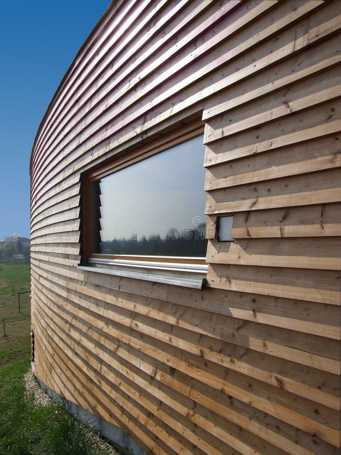 modernt trä för hus fotografering för bildbyråer