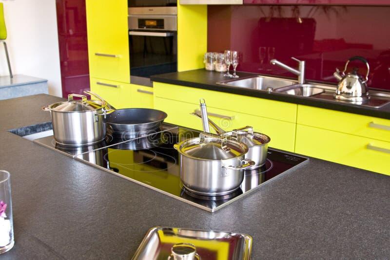 modernt trendigt kök fotografering för bildbyråer