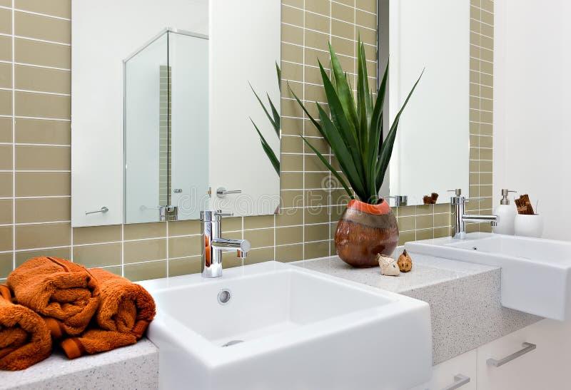 Download Modernt Tvättande Område, Inklusive En Orange Färghandduk Med Silver Arkivfoto - Bild av granit, dekorativt: 76702746