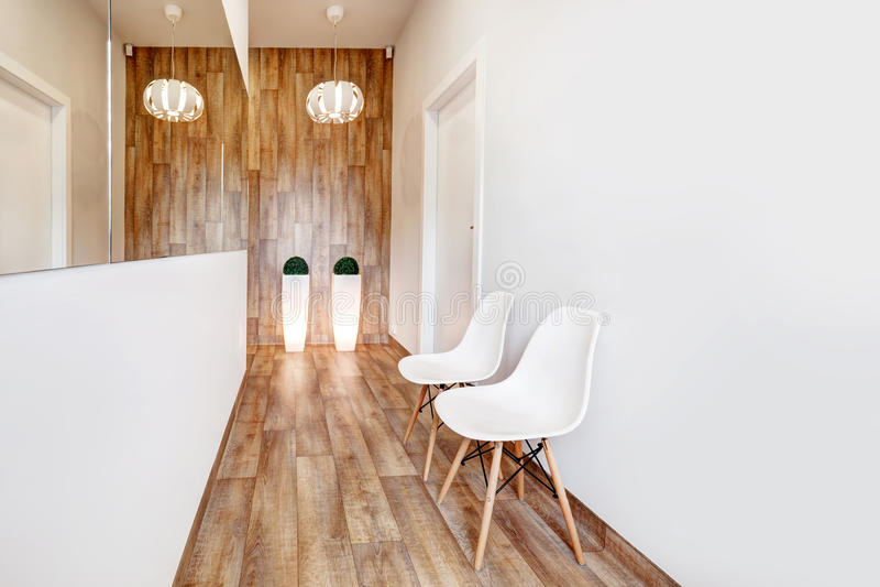 Modernt väntande rum, mottagande Hemtrevlig minimalistic inre royaltyfria bilder