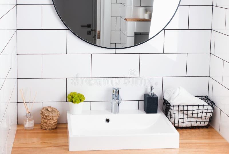 Modernt vitt badrum som är inre i detaljer arkivfoto