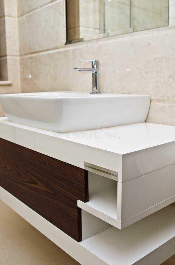 Modernt vitt badrumvask och kabinett royaltyfria foton