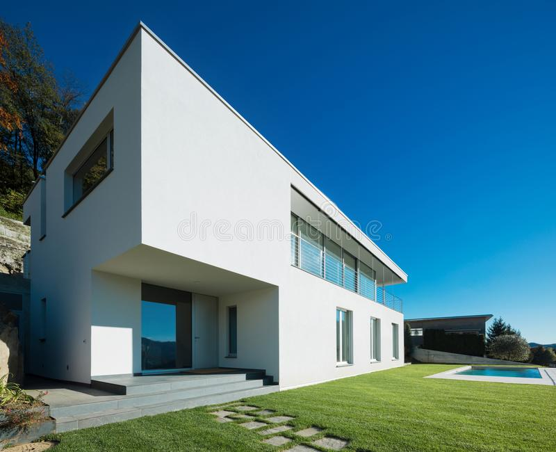 Modernt vitt hus med trädgården fotografering för bildbyråer