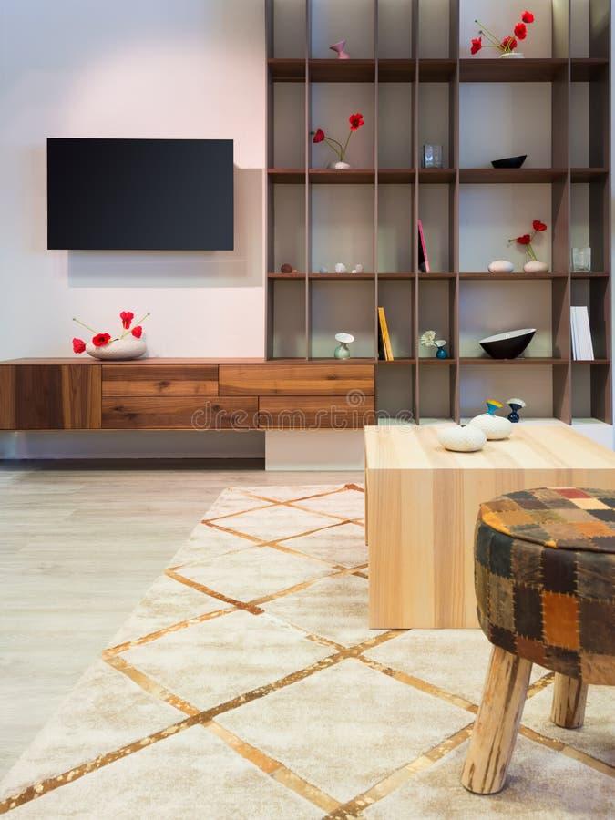 Modernt wood vardagsrummöblemang med hyllan fotografering för bildbyråer