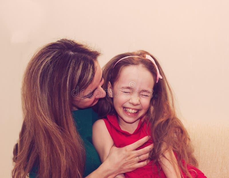 Moderskap är ren glädje Härlig ung kvinna som kramar liten gir royaltyfria foton