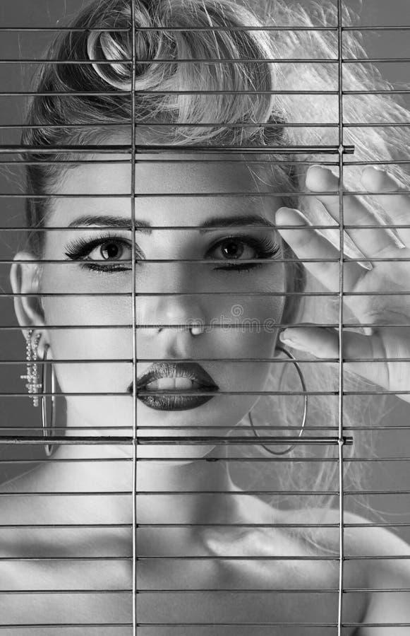 Modeschönheit innerhalb der Gefängniszelle lizenzfreies stockfoto