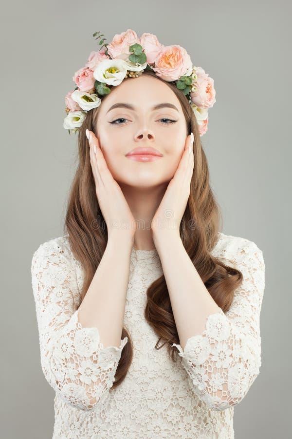 Modeschönheitsporträt von tragenden weißen Kleider- und Rosenblumen der netten Frau winden lizenzfreies stockfoto