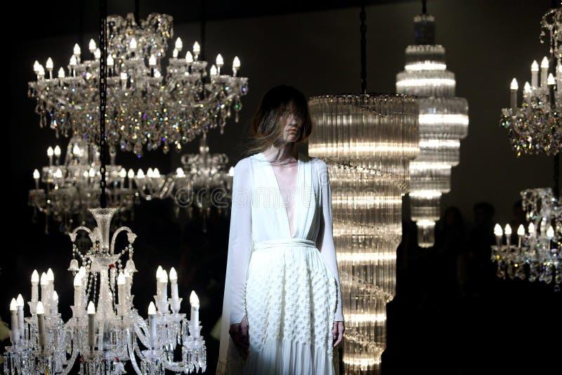Modeschau des Hochzeitskleides und des Abend-Kleides entlang Leuchter lizenzfreies stockbild