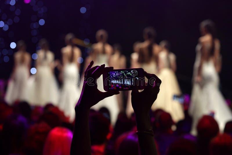 Modeschaurollbahn, die Foto mit Telefon macht lizenzfreies stockbild