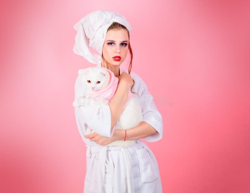 Modeschmuck und -zusatz Make-up Kosmetik und skincare Modeporträt der Frau nach Bad Schönheitssalon und stockfoto
