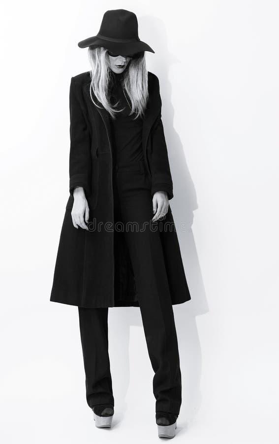 Modeschwarzweiss-Foto Bezaubernde Blondine im klassischen Mantel lizenzfreie stockbilder