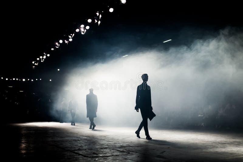 Modeshow en Catwalkhändelse arkivfoton