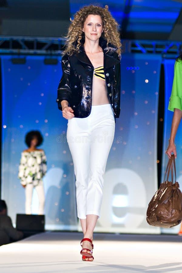 Modeshow van de Weg van Saks de Vijfde stock afbeeldingen