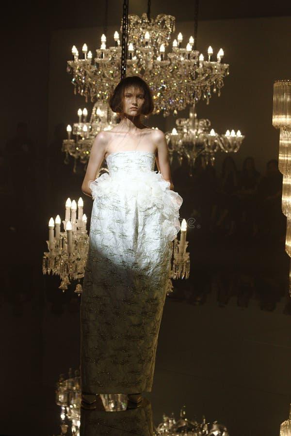 Modeshow van Huwelijkskleding en Avondtoga langs Kroonluchter royalty-vrije stock afbeeldingen
