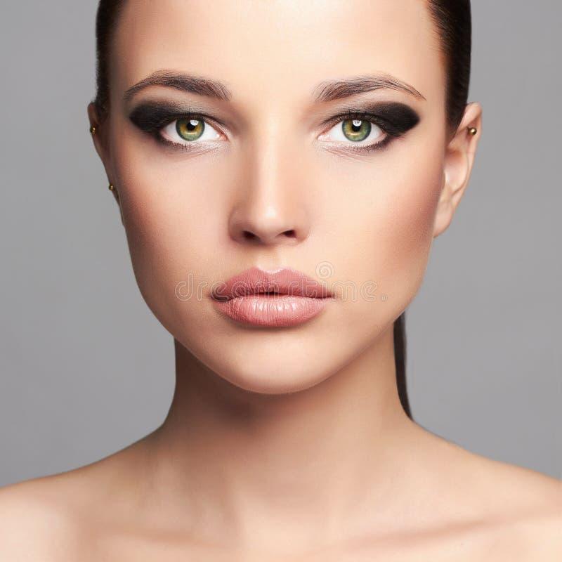 Modeskönhetstående av den härliga flickaframsidan Yrkesmässig Makeup Kvinna arkivbilder