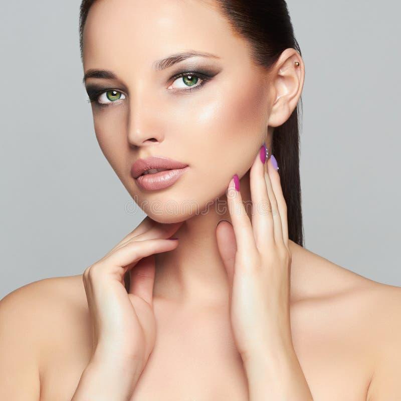 Modeskönhetstående av den härliga flickan Yrkesmässig Makeup Kvinna arkivbilder