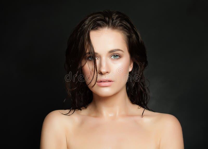 Modeskönhetstående av den perfekta unga kvinnan med vått hud och hår på svart royaltyfri fotografi