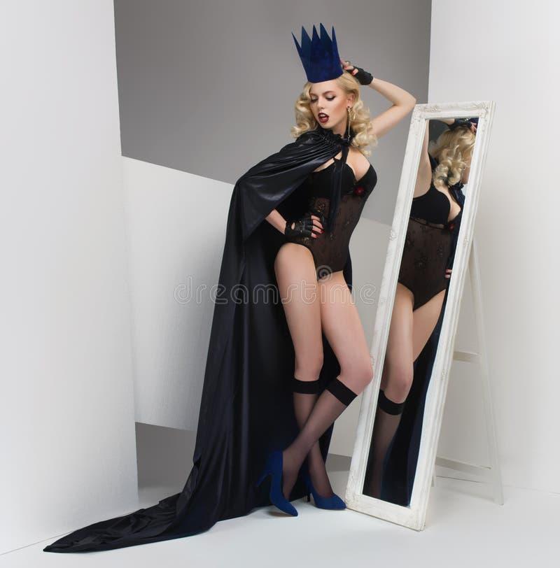Modeskott av en kvinna i en pappers- krona royaltyfria bilder