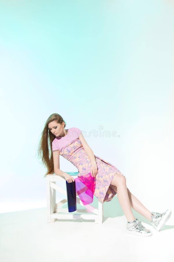 Modeskytte i rosa färgklänning härlig modell arkivfoton