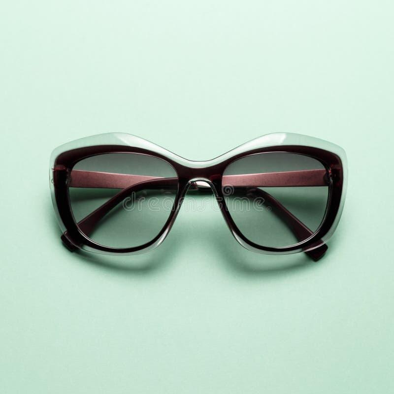 Modesonnenbrille auf tadellosem Hintergrund stockfotos